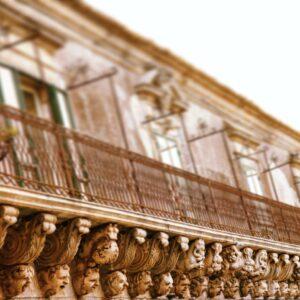 Palazzolo Acreide, bellezza e magia del balcone barocco più lungo del mondo
